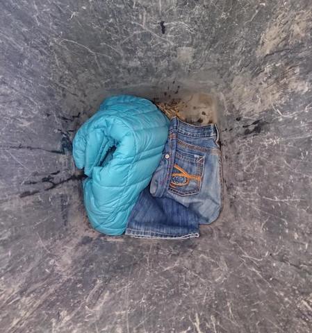 Nachbarin entsorgt ihre Klamotten in der Mülltonne?