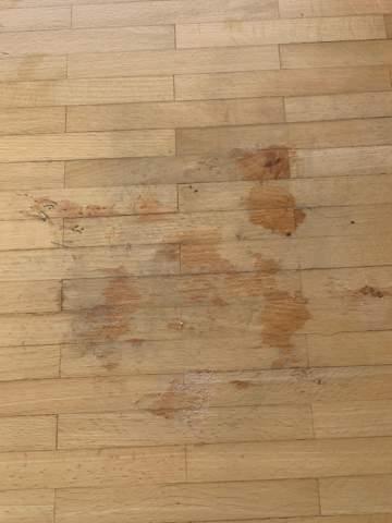 Nagellackentferner auf lackiertes Holz, jetzt Flecken?