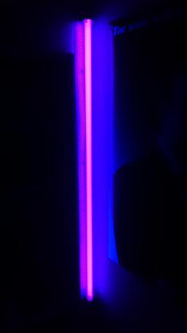 Leuchtende Farbe neon oder schwarzlicht-lampe? leuchtende farbe gesucht. (licht
