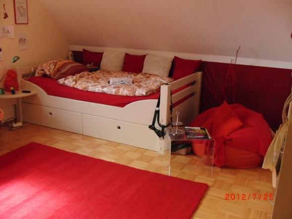 Bett und rechts nicht ganz im Bild der Schrank - (Freizeit, Ideen, Zimmer)