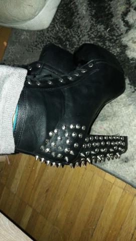 Diese Schuhe meine ich. - (Schuhe, Waffenschutzgesetz)