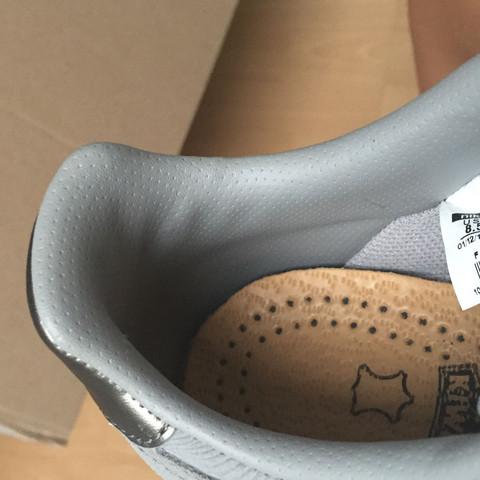 Gummi- oder Plasiküberzug (dunkleres Grau) vs Stoff (das hellere Grau) - (Nike, Sneaker, Nike air Force)