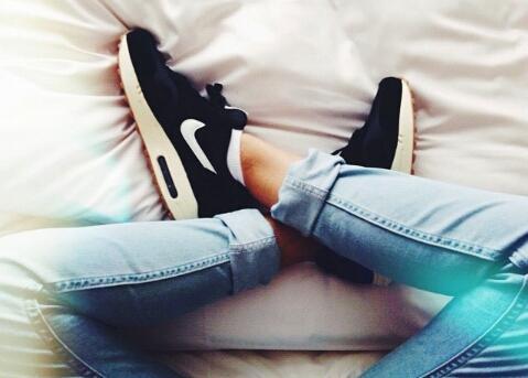 Nike Air Max Thea Schwarz Angezogen