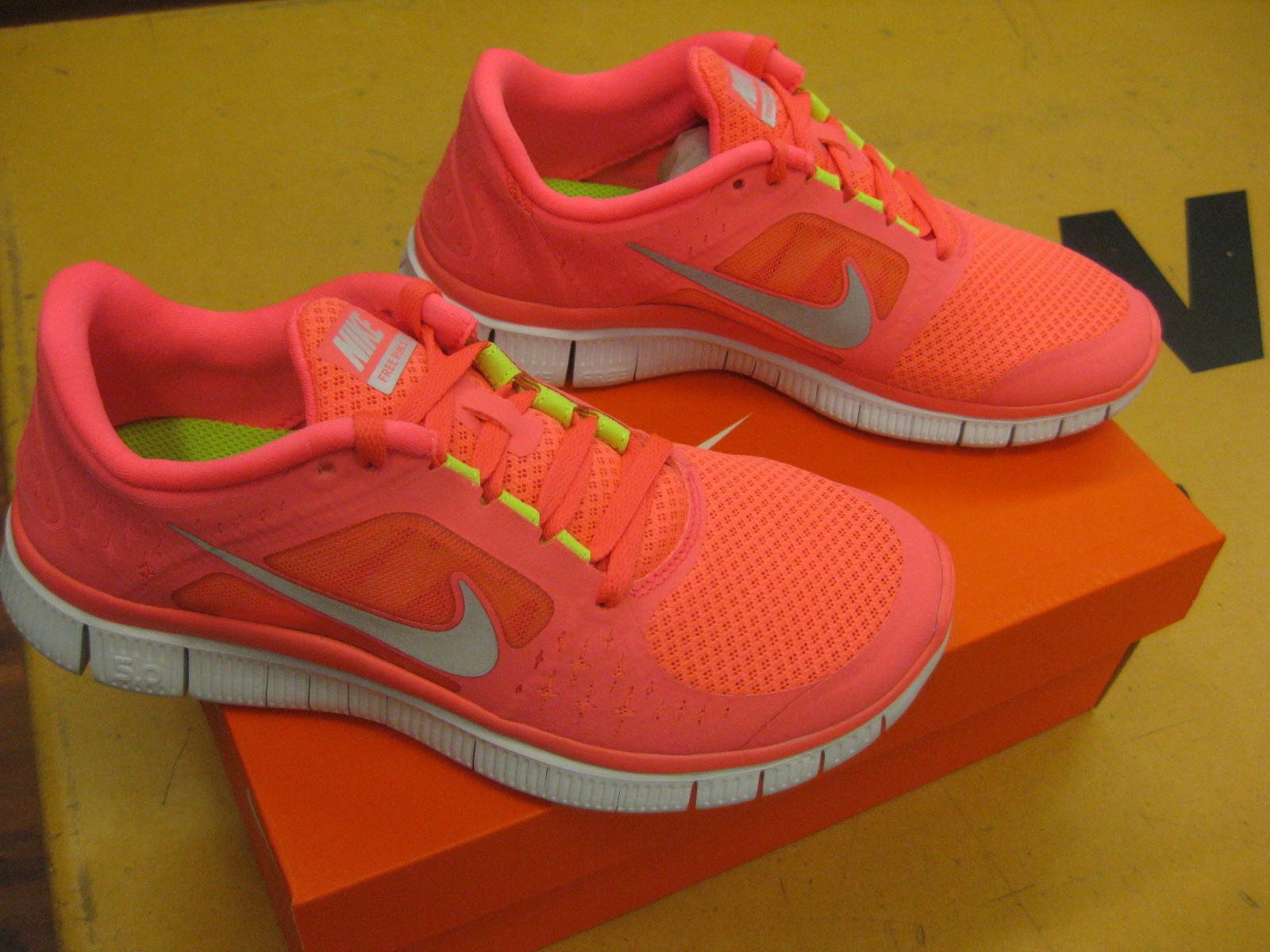 sports shoes d5fc0 22a93 Bright Pink Nike Free Runs