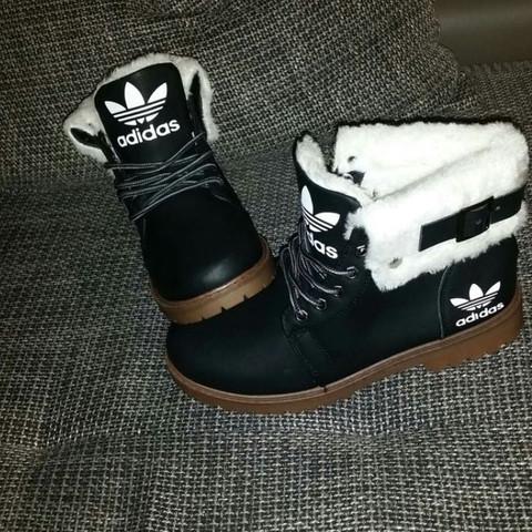 f00d922ab8d3 Hallo Weiß jemand ob das Original Adidas Boots sind  Und ob es die noch gibt