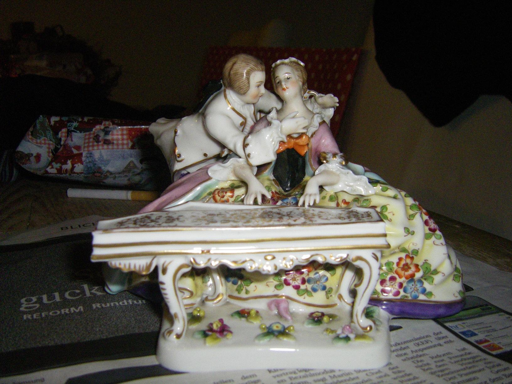 p rchen am klavier ist das original meissen bzw meissener porzellan antiquit ten antik. Black Bedroom Furniture Sets. Home Design Ideas