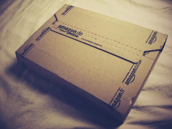 pakete mit einem aufdruck f r das versenden verwenden. Black Bedroom Furniture Sets. Home Design Ideas