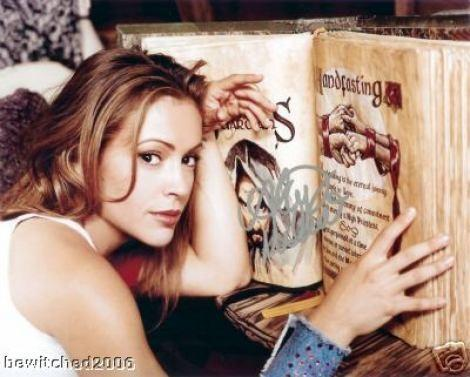 Pheobe mit Buch - (Buch, Papier, Magie)
