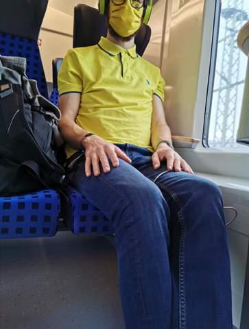 Passt das gelbe Shirt zu dem Rest des Outfits, besonders zu den jeans, Maske, Kopfhörer und Brille?