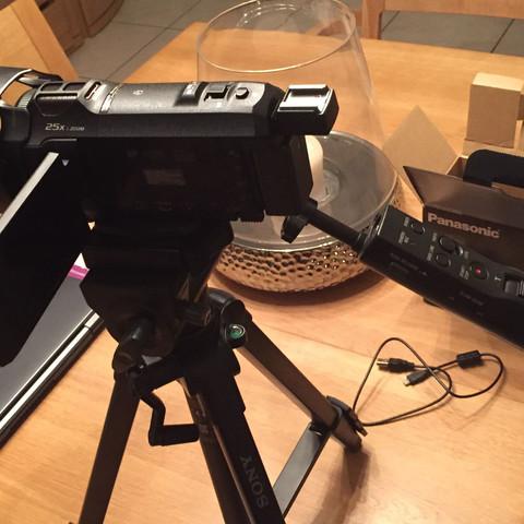 Kamera mit Stativ und Anschlüssen - (Kamera, Sony, Anschluss)