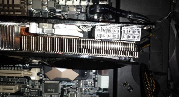 PCI-E-Kabel vom Netzteil richtig in Grafikkarte einstecken