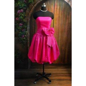 pinkes kleid mit grosser schleife pink. Black Bedroom Furniture Sets. Home Design Ideas