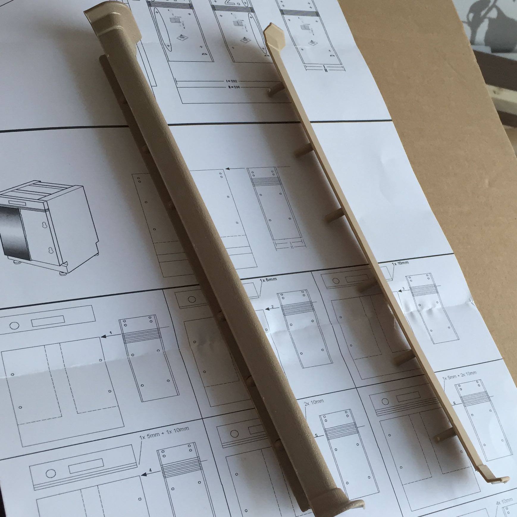 pino k che aufbau anleitung montage dino. Black Bedroom Furniture Sets. Home Design Ideas