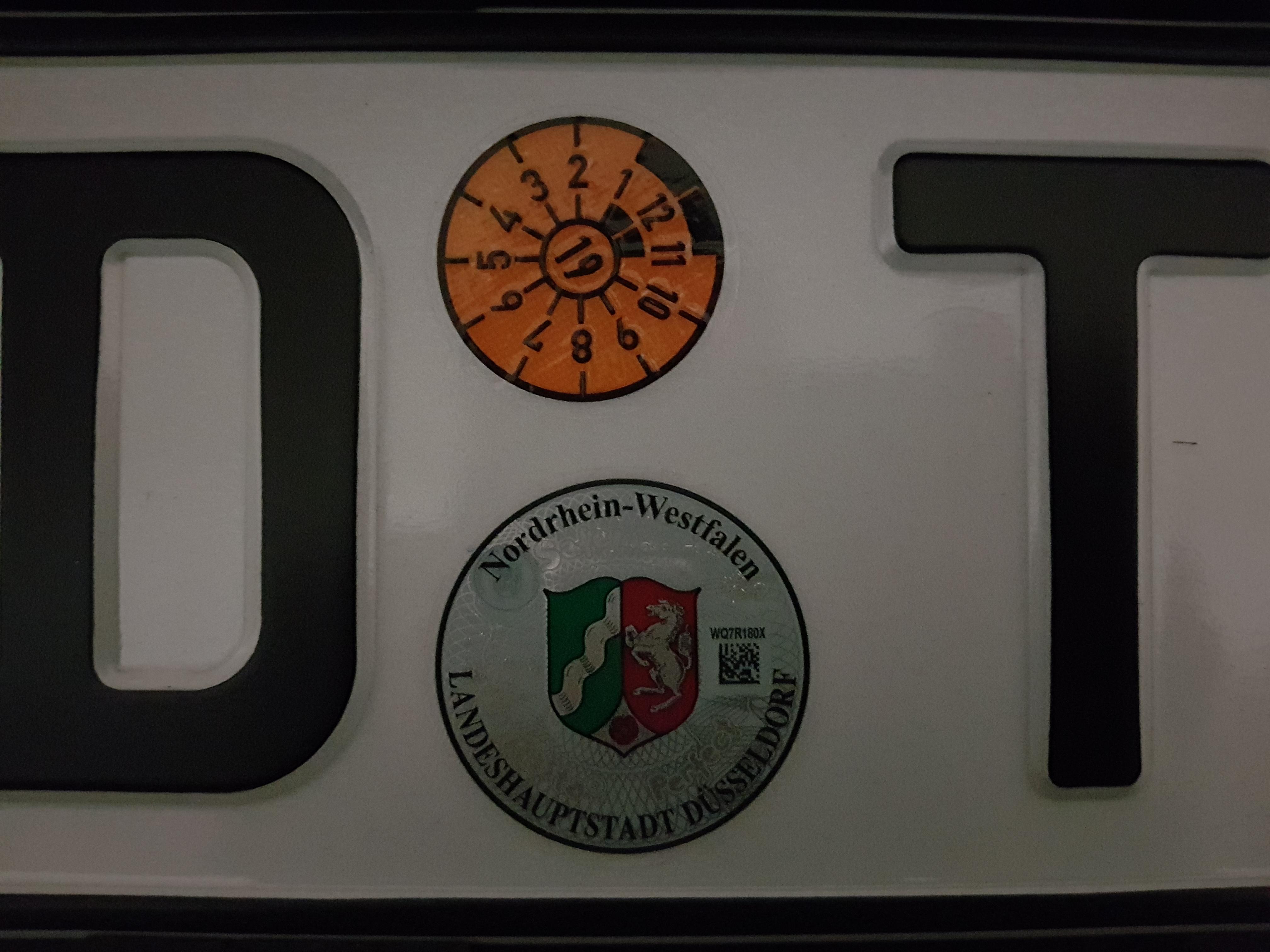 Position von TÜV Plakette auf Kennzeichen korrigieren