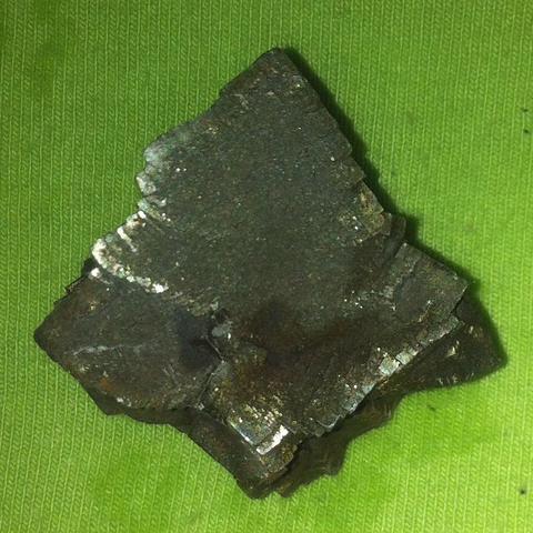 Eine der pyrit-stufen... Hier sieht man die rostschicht, die hier grau aussieht - (Chemie, Rost, Mineralien)