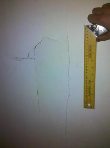 Bild des Schadens an der Gipskartonwand - (Versicherung, Reparatur, Bau)