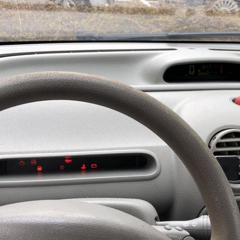 Armaturenbrett mit leuchtenden Warnlampen - (Technik, Technologie, Auto und Motorrad)