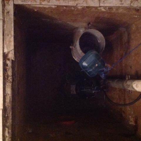 Orangenes Rohr (unterer Bildbereich) Richtung garten - (Kanal, Keller, Abwasser)