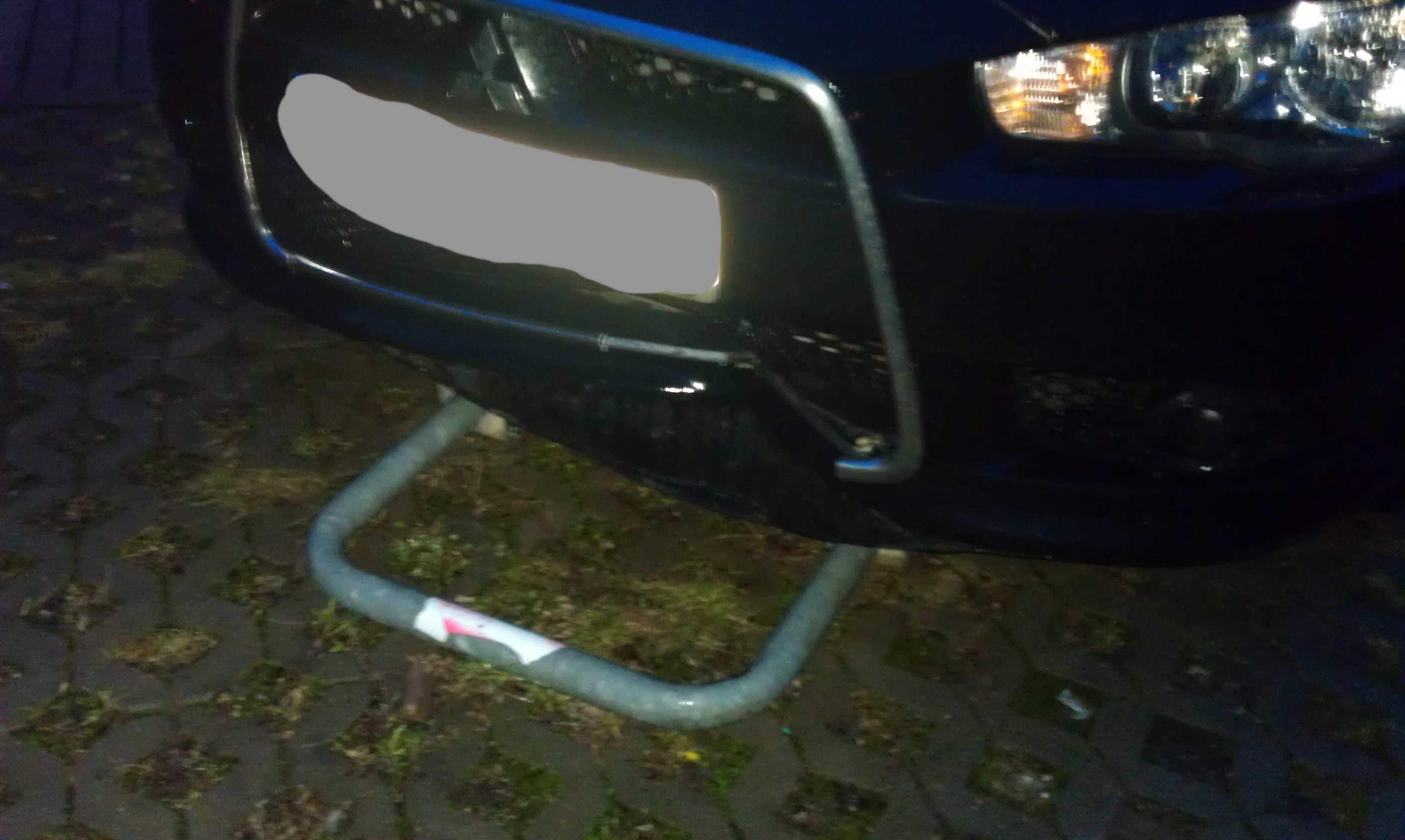 riesen delle  vordere stossstange des auto reingefahren