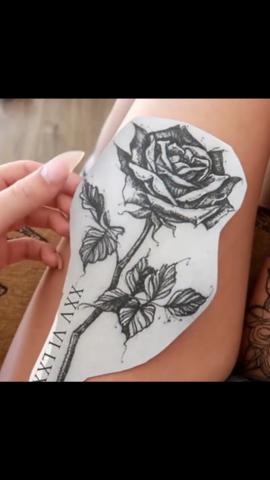 rosen tattoo mit stiel und geburtsdatum in r mischen. Black Bedroom Furniture Sets. Home Design Ideas