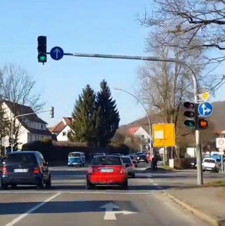 Rotes Blinklicht unter der Zusatztafel - (Auto, Verkehr, Regel)