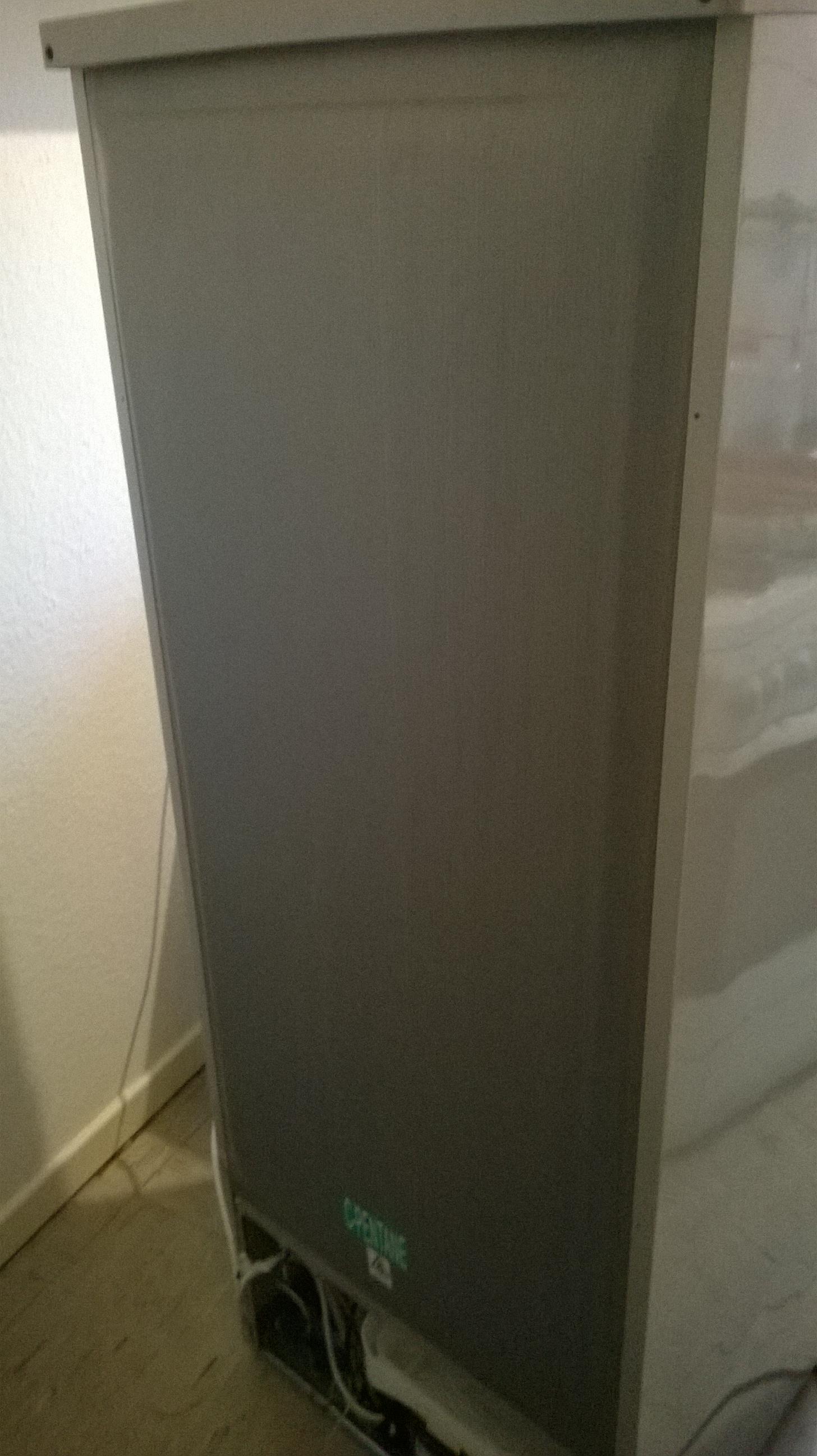 r ckwand vom k hlschrank wellpappe dranlassen verpackung oder isolation. Black Bedroom Furniture Sets. Home Design Ideas