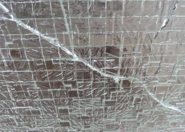Ansicht von Außen- Vermutung Stoss durch Sprudelkasten - (Haus, Schaden, Glas)