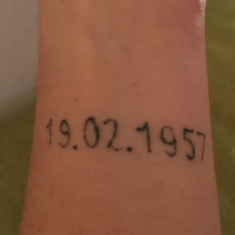 Linkes Tattoo (bereits entfernt) - (Recht, Geld, Körper)