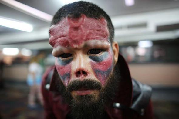 Mann will wie eine Comic-Figur aussehen - (Operation, schockierend, comic figur)