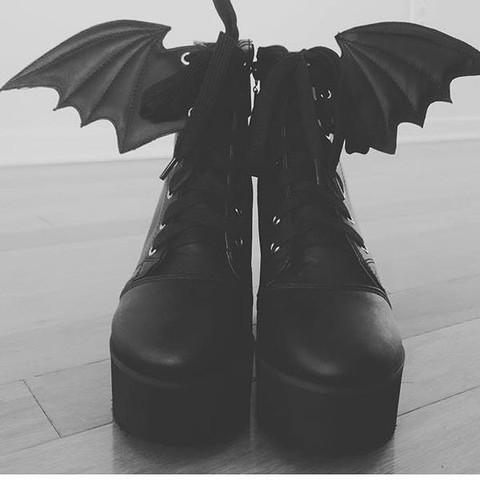 Das sind die schuhe. Hab sie auf insta gesehn  - (Schuhe, Vögel, schwarz)