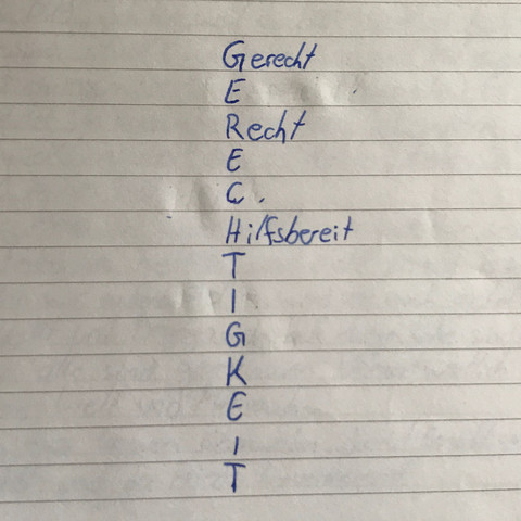 Das ist das Akrostikon. Dazu sollen wir jetzt Wörter raussuchen. Siehe oben. - (Schule, Religion, Hausaufgaben)