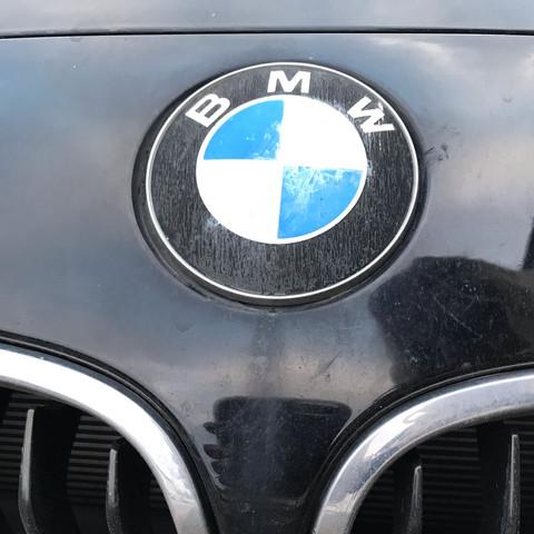 schutzfolie beim 1er bmw emblem auf motorhaube eingebrannt was tun