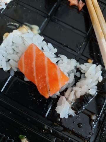 Schwarze punkte im rohen Lachs.  Was ist das? Sushi?