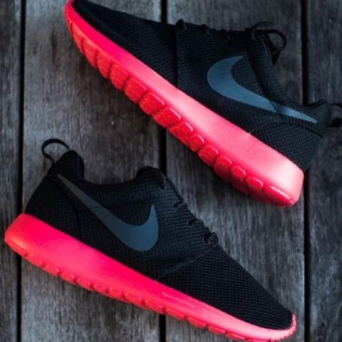 Schwarze Roshe runs mit Pinker sohle? (Nike, roshe run)
