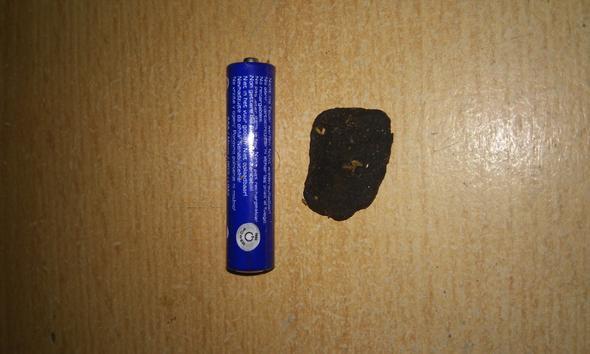 Als größen vergleich ist eine AAA Batterie daneben - (tabak, Schwarzer Brocken)