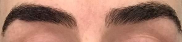 Sehen die Augenbrauen gut aus? Meine linke ist an einigen Stellen etwas dünner als die andere, ist das normal?