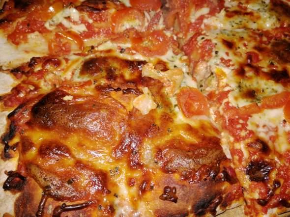 Selbstgemachte Tomaten-Mozzarella Pizza leicht angebrannt, kann man noch essen?