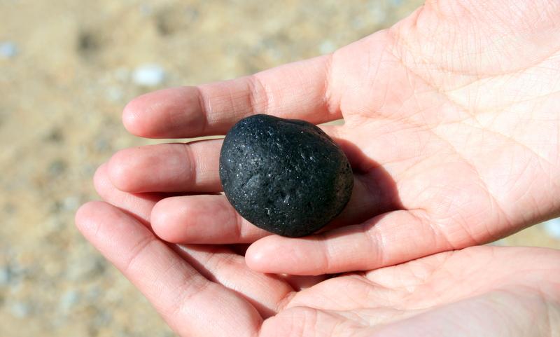 Seltsamen schwarzen sehr leichten stein am strand for Schwarze steine deko