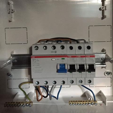 Hier ein Bild der Verkabelung  - (Kabel, elektro, Sicherung)