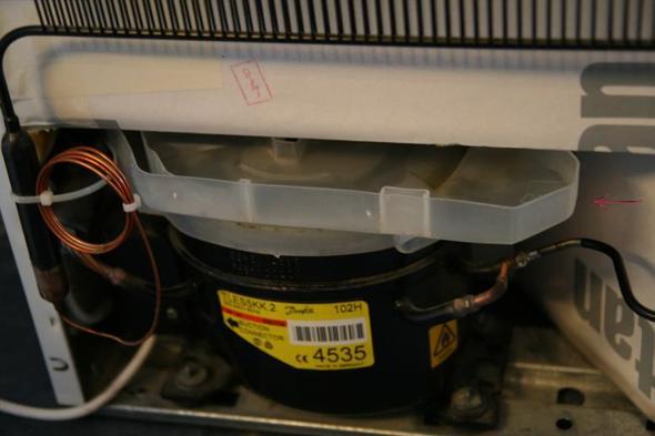 Blöder Kunststoffdeckel (siehe Pfeil) - (Reparatur, Kühlschrank)