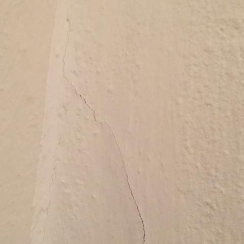 Riss unter der Tapete an der Wand 1 - (Haus, Haushalt, heimwerken)