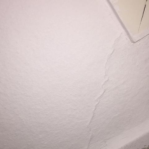 Riss unter der Tapete an der Decke 1 - (Haus, Haushalt, heimwerken)