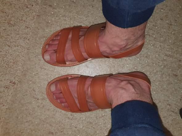 Sind diese sandalen für den Sommer akzeptabel bin 23 und ein Mann oder eher altmodisch?