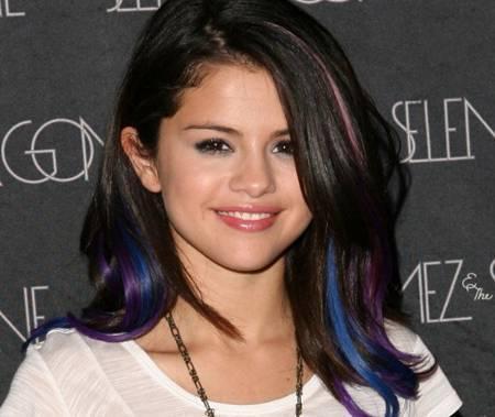 Braune haare mit blauen strahnen