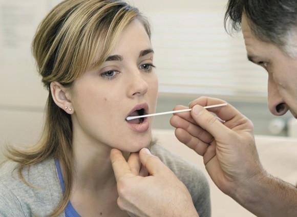 Eine Angestellte unterzieht sich einem Drogentest als Teil ihrer Arbeit. - (Beruf, Job, Drogen)