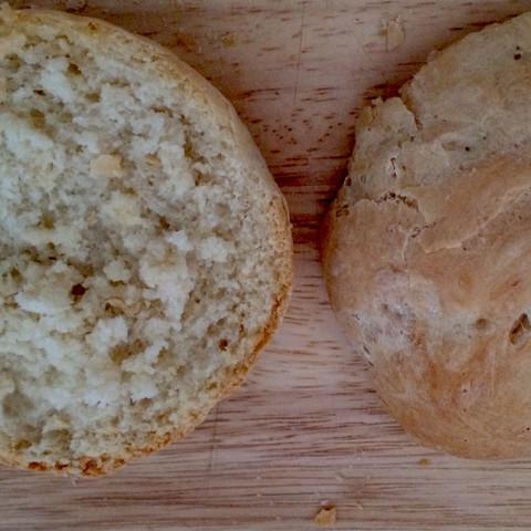 Etwas abgekühlt und aufgeschnitten  - (backen, Brot, Brötchen)
