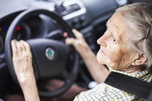 Sollte ab einem gewissen Alter der Führerschein automatisch abgegeben werden?