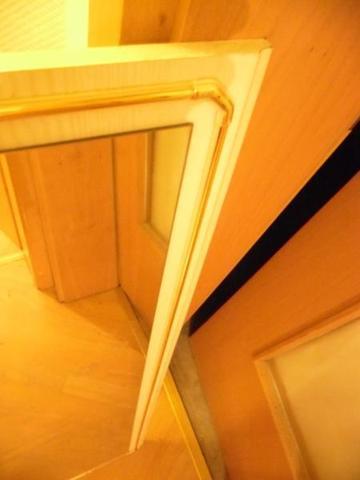 spiegel an holzplatte festgeklebt siehe foto wie kann man den am besten l sen haus. Black Bedroom Furniture Sets. Home Design Ideas