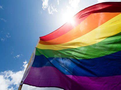 Stadion München : Deutschland - Ungarn : Wird Zuschauern , die sich mit Regenbogenfarben outen ( Flagge, Kleidung o.ä ) , der Einlass verwehrt werden ?