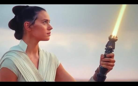 """Warum hat Rey am Ende von ,,Der Aufstieg Skywalkers"""" ein gelbes ..."""